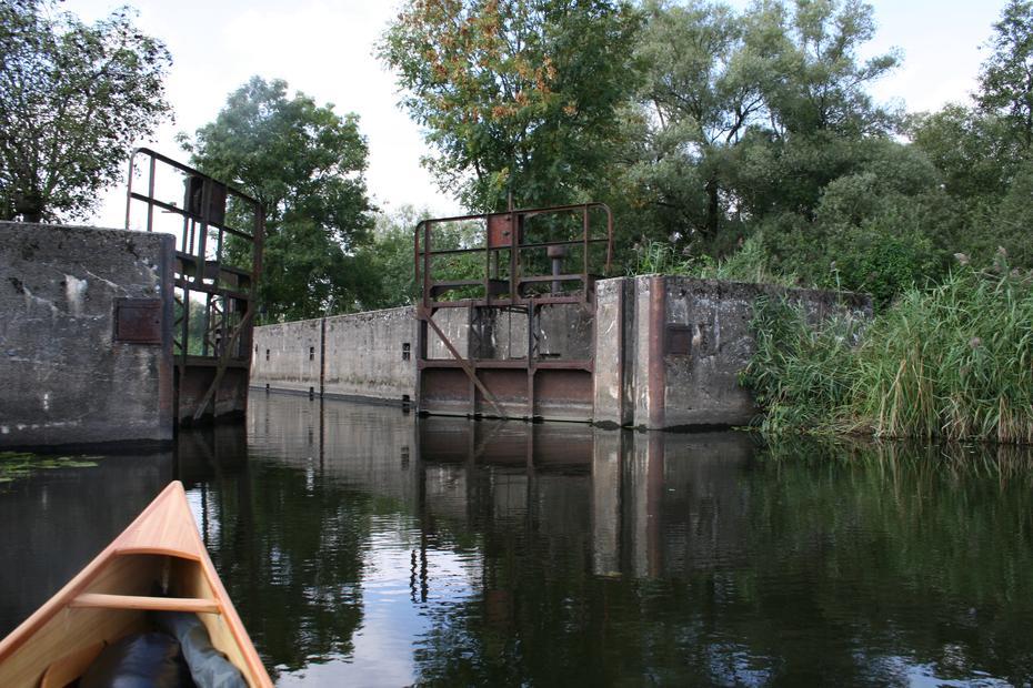 Zufahrt in die polnischen Polder durch eine alte Schleuse